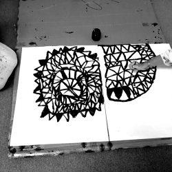 toiles de motifs en noir et blanc posées sur le sol